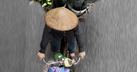 Hà Nội đẹp dịu dàng khi nhìn từ trên gánh xe hàng rong