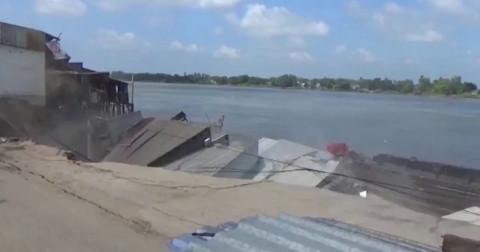 Hàng loạt căn nhà bị nhấn chìm do sạt lở ở Long An