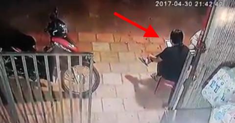 Bị giật điện thoại ngay trên tay khi đang ngồi trước cửa nhà