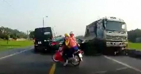 Xe tải điên phi ngược chiều cán xe máy cùng 2 người chết thảm
