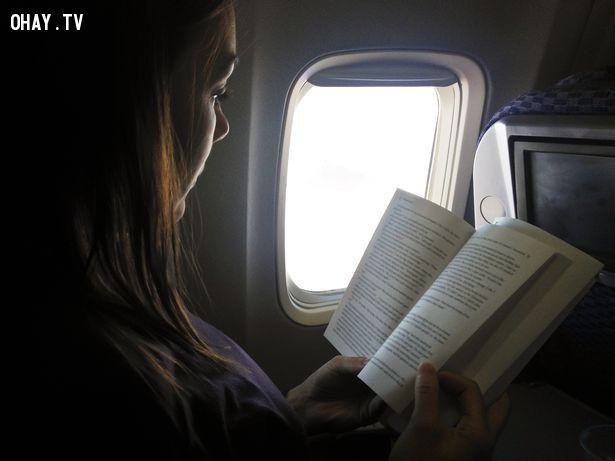 Đọc sách hay nghe nhạc là cách giết thời gian một cách tốt nhất!,kinh nghiệm đi máy bay,lưu ý khi đi máy bay,cách đi máy bay,mẹo du lịch