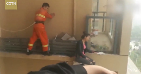 Lính cứu hỏa âm thầm tóm gọn thiếu nữ đòi nhảy lầu tự tử