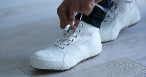 Tại sao dây giày hay bị tuột?