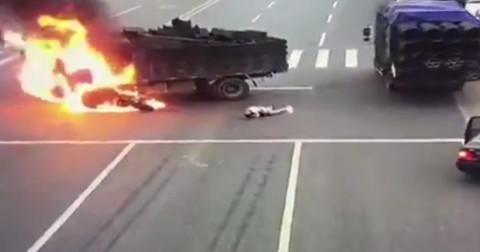 Xe máy lao vào xe tải bốc cháy dữ dội