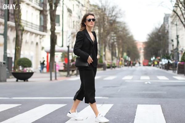 5. Giày sneaker/slip-on,quần lửng ống rộng,quần culottes,quần ống sớ,quần ống rộng dài,quần ống rộng đi với giày gì
