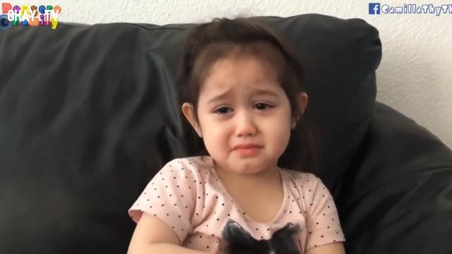 Cô bé mếu máo lý sự với mẹ: Vì con không khoái bạn