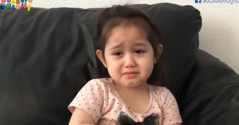 Cô bé vừa lí sự với mẹ vừa mếu máo: Vì con không khoái bạn
