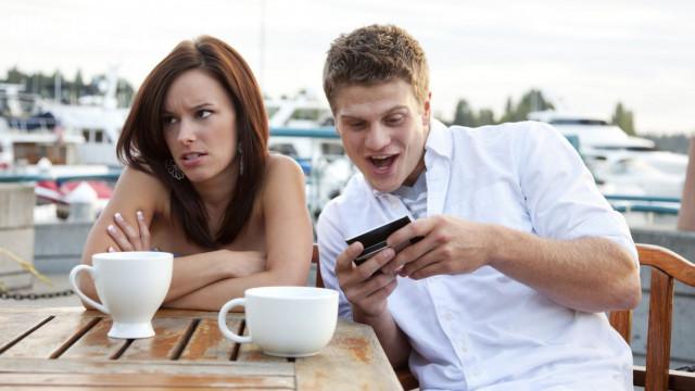 8. Không nên sử dụng điện thoại khi hẹn hò cùng bạn bè hoặc người thân.,nguyên tắc ứng xử,cư xử lịch sự,người lịch sự,kỹ năng ứng xử
