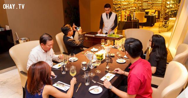 1. Đừng để điện thoại lên bàn khi đang nói chuyện với người khác. ,nguyên tắc ứng xử,cư xử lịch sự,người lịch sự,kỹ năng ứng xử