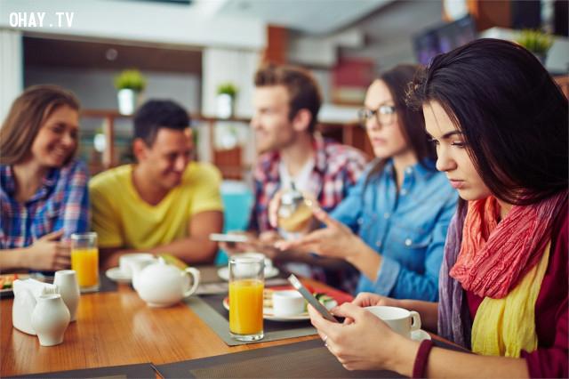 2. Tránh nói những chuyện vô nghĩa qua điện thoại. ,nguyên tắc ứng xử,cư xử lịch sự,người lịch sự,kỹ năng ứng xử