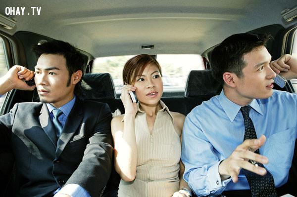 9. Không nên nói chuyện qua điện thoại quá to ở những nơi đông người như trong thang máy, rạp chiếu phim, xe buýt…,nguyên tắc ứng xử,cư xử lịch sự,người lịch sự,kỹ năng ứng xử
