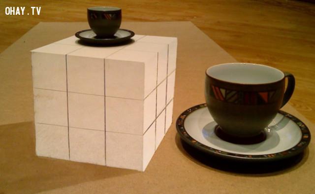 Một khối lập phương và hai ly giống nhau,ảo ảnh thị giác