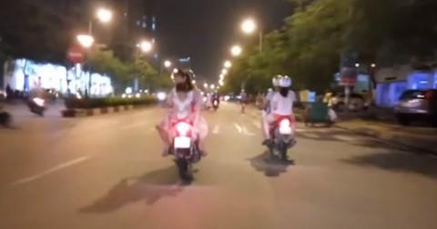 Người phụ nữ vô tư để 2 đứa trẻ ngồi ngược, múa hát sau xe máy lao vun vút trên đường