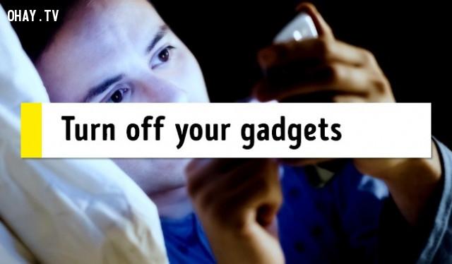 8. Tắt các thiết bị (điện thoại),mẹo sức khỏe,chữa mất ngủ,trị mất ngủ