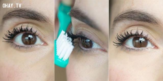 Dùng bàn chải đánh răng để lấy đi phần mascara bị dư,mẹo trang điểm,làm đẹp