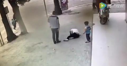 Chồng đánh vợ dã man trên đường ngay trước mặt con