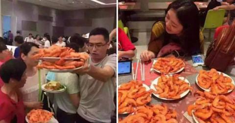 Khách du lịch Trung Quốc tranh dành nhau khi ăn buffet ở Thái Lan