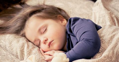 Muốn ngủ ngon hơn, hãy đối xử với bản thân như một đứa trẻ