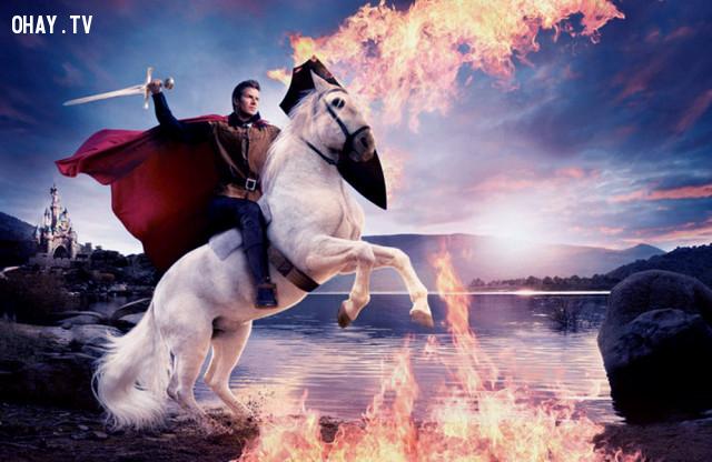 Trong tranh có một chàng trai, thân mặc áo giáp, đang cưỡi ngựa phi về khoảng trời mênh mông phía trước. Nếu phải thêm chi tiết vào bức tranh này, bạn muốn thêm gì?