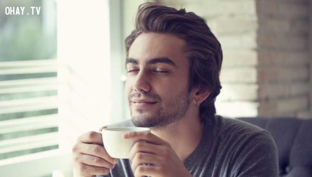 Thưởng thức một tách trà hoặc một tách cà phê,