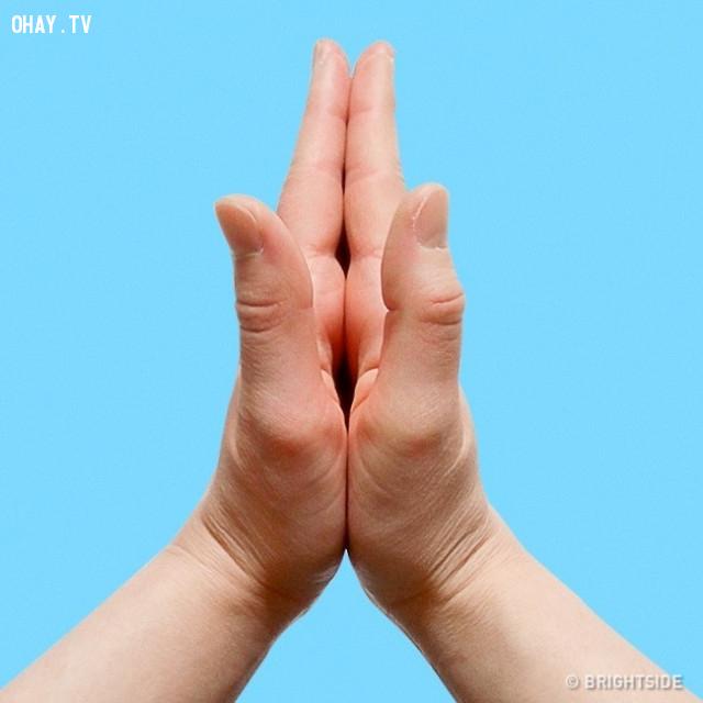 7. Ép lòng bàn tay vào nhau,ngón tay,nắm tay,chữa bệnh bằng nắm tay
