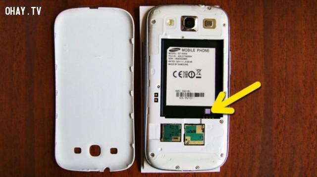 5. Miếng dán nhỏ trên pin điện thoại,những điều thú vị trong cuộc sống
