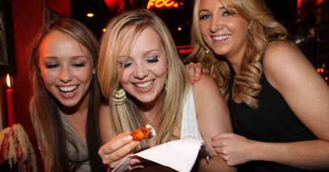 Làm cách nào để ăn cánh gà như một quý cô