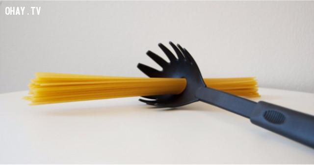 Các dụng cụ nhà bếp thường có công dụng. Ví dụ, với thìa nấu spaghetti, lỗ hổng ở chính giữa có thể được dùng để đo lượng mì cho một suất ăn.,mẹo nhà bếp