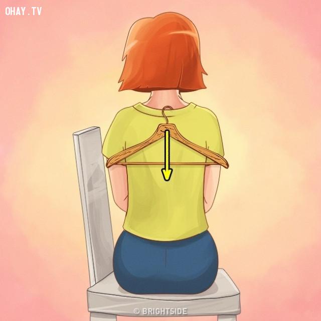 3. Treo 1 thứ gì đó sau lưng,bài tập thể dục đơn giản,các động tác thể dục,mẹo công sở