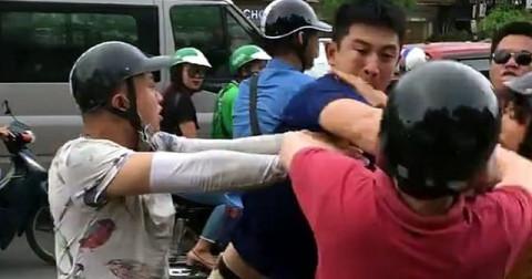 Anh Tây bị đánh chảy máu mũi vì va chạm giao thông ở Hà Nội