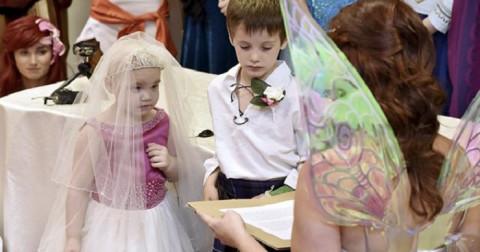 Bé gái 5 tuổi kết hôn với bạn thân trước khi qua đời
