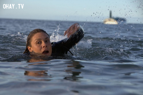 Zoe Naylor và Adrienne Pickering trong The Reef (2010),