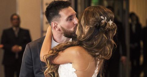Messi hôn say đắm vợ trong đám cưới 'thế kỷ'