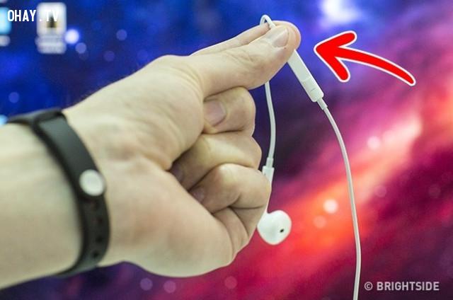 1. Sử dụng tai nghe là dây bấm chụp ảnh,mẹo chụp ảnh bằng điện thoại,chụp ảnh đẹp bằng điện thoại,cách chụp ảnh đẹp