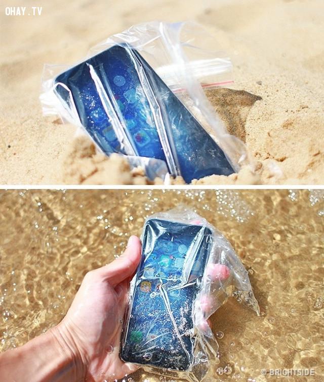 5. Giữ điện thoại không bị ướt,mẹo du lịch,du lịch hè,du lịch biển
