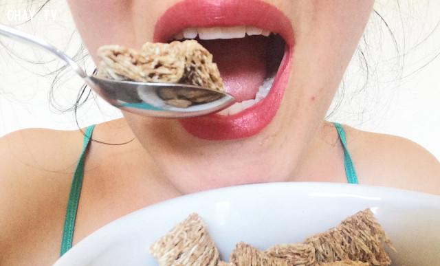 ,cảm nhận mùi vị thức ăn,nên nhai mở miệng hay mím miệng,quy tắc ứng xử,cách ứng xử