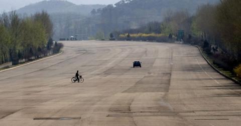 Cuộc sống kì lạ quanh những con đường cao tốc tại Triều Tiên