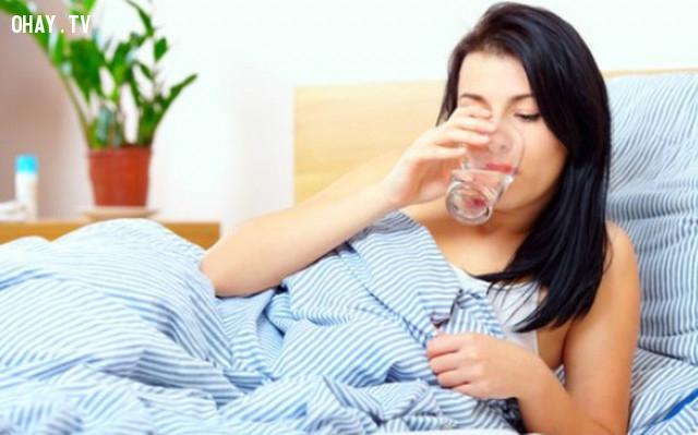 1. Đặt sẵn cốc nước hoặc bình nước ở gần giường bạn để uống nước ngay khi buổi sáng thức dậy,uống đủ nước,sống khỏe
