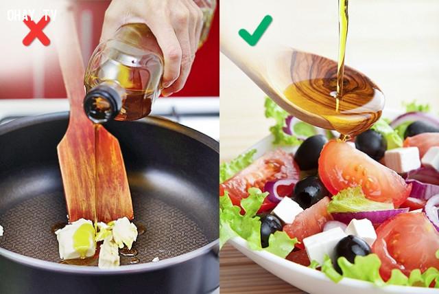 4. Sử dụng dầu oliu để chiên, rán,sai lầm khi nấu ăn,cách rán thịt giòn,làm nóng chảo trước khi nấu