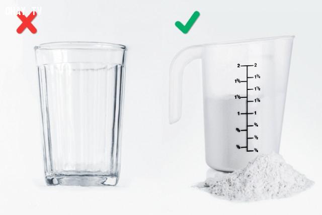 5. Sử dụng cốc thủy tinh để đo lượng bột,sai lầm khi nấu ăn,cách rán thịt giòn,làm nóng chảo trước khi nấu