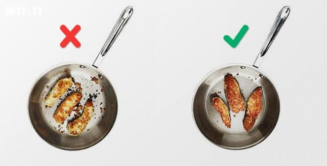 11. Lật thức ăn thường xuyên,sai lầm khi nấu ăn,cách rán thịt giòn,làm nóng chảo trước khi nấu