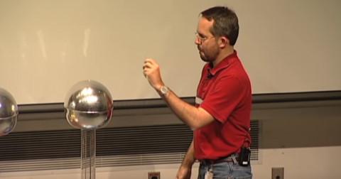 Làm thế nào để chạm tạy vào điện 200.000V mà không chết?