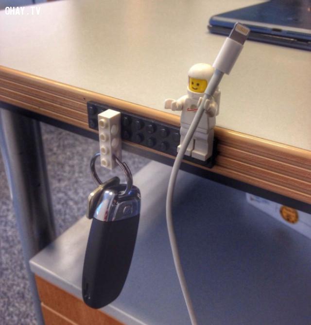 3. Sử dụng mảnh LEGO giữ cáp hoặc chìa khoá.,