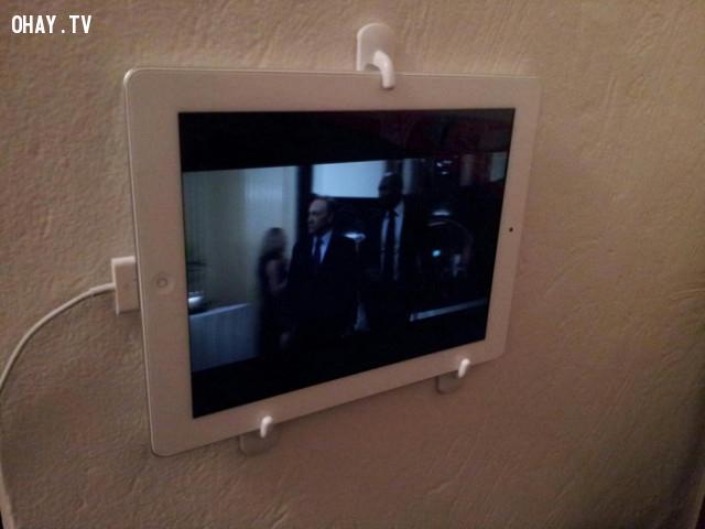 8. Sử dụng móc khăn tắm để treo máy tính bảng của bạn lên tường. Bây giờ bạn có thể rửa bát đĩa và xem chương trình yêu thích.,