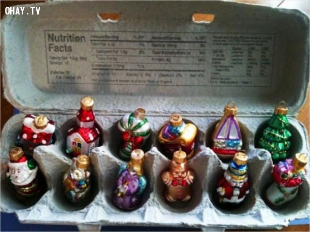 13. Hộp trứng có thể trở thành một ngôi nhà tuyệt vời cho đồ trang trí Giáng sinh khi không được treo trên cây.,