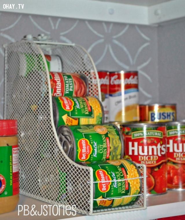 11. Dùng giá để tài liêu để chứa lon và tiết kiệm không gian trong nhà bếp,