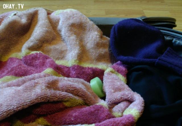 15. Nếu cần mang theo quần áo bẩn trong vali của bạn, sử dụng một thanh xà phòng để thoát khỏi mùi khó chịu.,