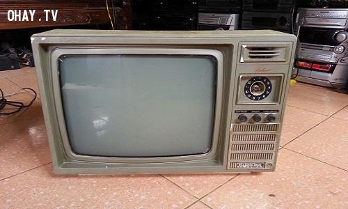 13. Chiếc ti vi đen trắng hỏng nút,thế hệ 9x