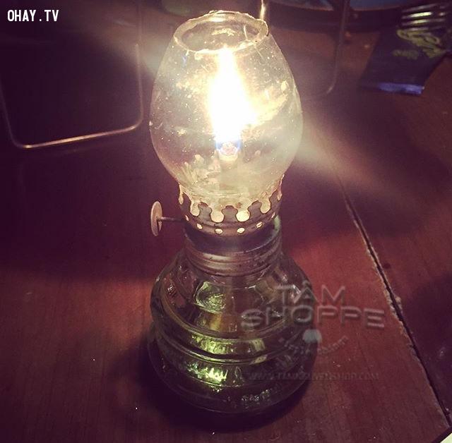 12. Chiếc đèn dầu mỗi khi mất điện,thế hệ 9x