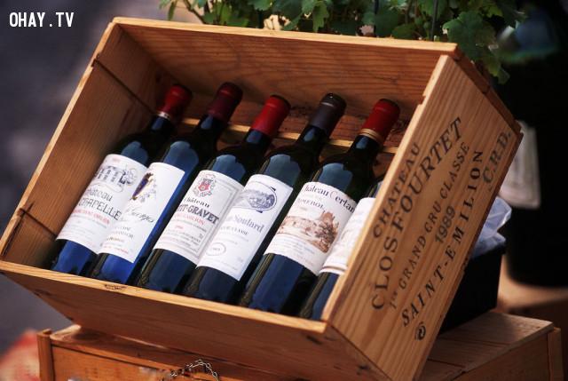 Những chai rượu trị giá từ khoảng 14 triệu đến 30 triệu VNĐ mỗi chai,